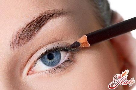 как рисовать стрелки на глазах подводкой