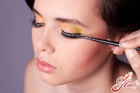 как рисовать стрелки на глазах карандашом
