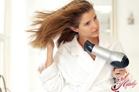 выпрямление волос с помощью фена и щетки
