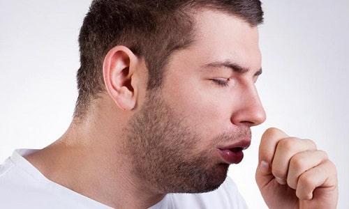 Патология сопровождается изменением голоса, затруднением глотания и дыхания, а также кашлем