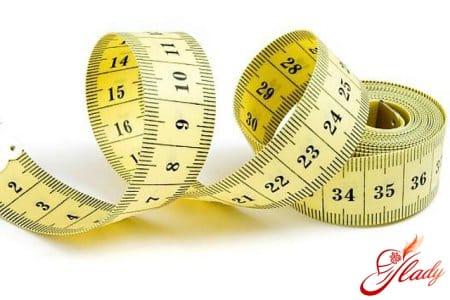Измерение обхватов для определения размера бюстгалтера