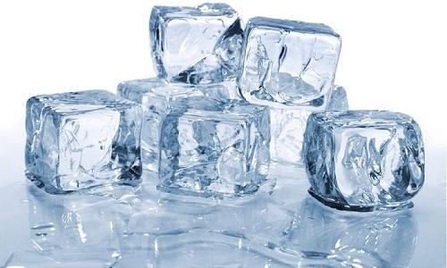 Снять боль при геморрое помогут кубики льда, которые нужно приложить к проблемной области