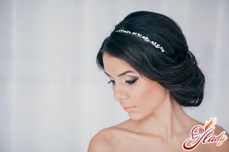 красивая прическа с повязкой для волос